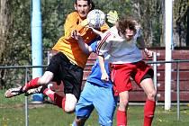 I.A třída Ústeckého kraje. Fotbalisté Chuderova (modří) byli v okresním derby přemoženi 0:1 Střekovem (bíločervení).