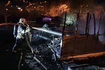 Hasiči zasahují u požáru chatky na ústeckém Střekově
