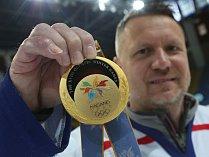 """Jan Čaloun, """"zlatý"""" hráč z olympiády v Naganu se zlatou medailí."""