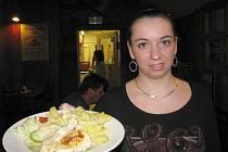 V restauraci Sport Pub Zlatopramen se vařilo podle čtenářů Ústeckého deníku. Na snímku servírka Kateřina Hoszová. Během obědů se prodalo všech osmdesát připravovaných porcí.