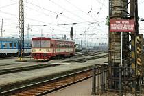 Až na hodinu a půl zpozdil neznámý zloděj kovů vlaky na trati Ústí Chabařovice. Vybrakoval totiž rozvaděč zpětné trakční cesty.