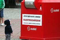 Vysloužilé elektro putuje do sběru. Podle průzkumu se lidé věcí vzdávají neradi. Ilustrační foto.
