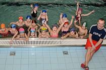 UČITEL ALEŠ NOVOTNÝ. Školáky učí v Ústí nad Labem plavat už osm let.