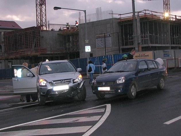 Střet dvou osobních vozidel v ulici Masarykova na křižovatce směrem na Špitálské způsobil zastavení městské hromadné dopravy směrem do centra.