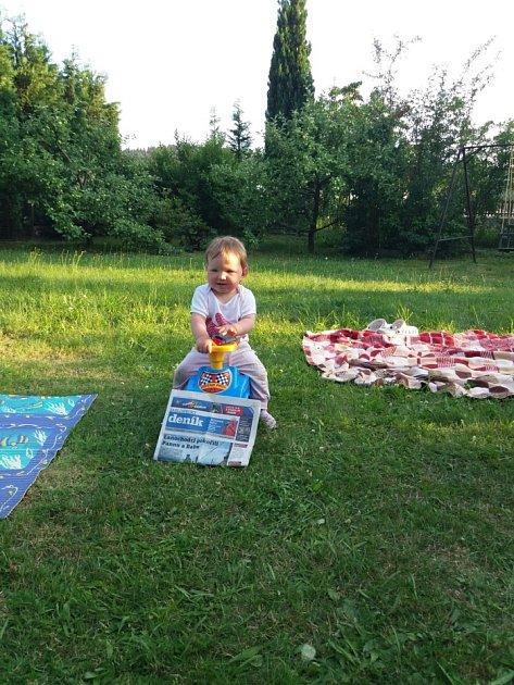 Babička Věrka vyfotila svoji vnučku při čekání na zahradě vJablonci nad Nisou.