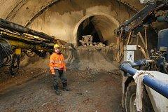 Stavební práce na tunelu Prackovice na dálnici D8 se zastavily. Kvůli dlouhodobým mrazům se musela odstavit betonárka. Dělníci by měli opět začít razit tunel v nejbližších dnech.