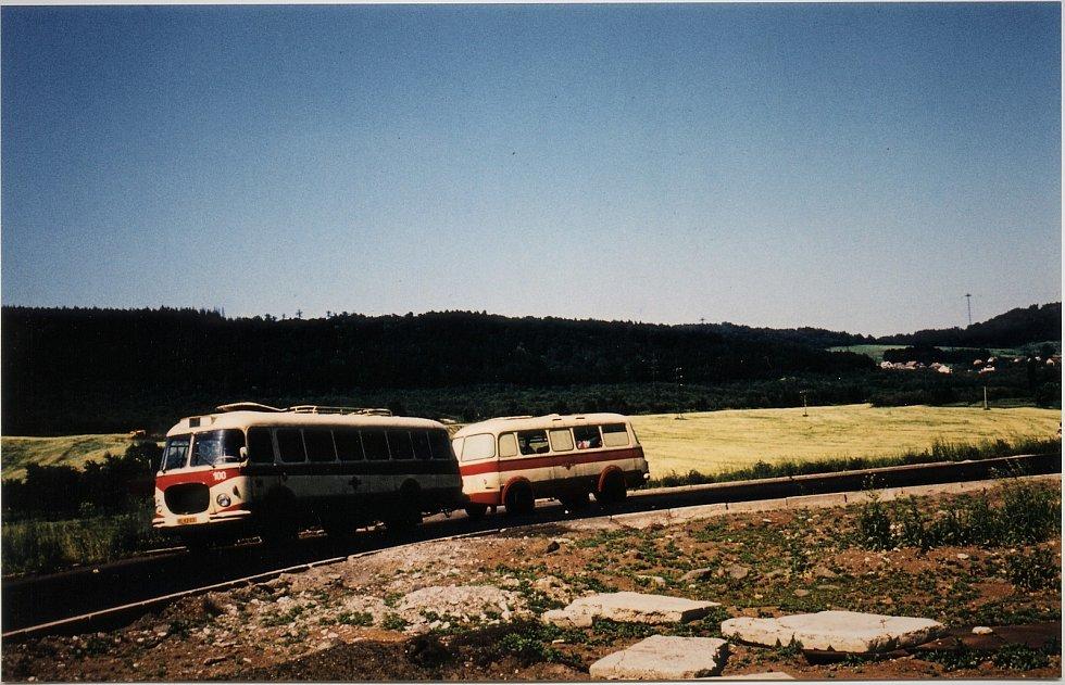 Na této lince jezdila pestrá škála typů autobusů. Na snímku Petra Železného je autobus Škoda RTO i s vlečňákem poblíž Chuderova v polovině osmdesátých let 20. století. V pozadí je vidět lanovka TONASA