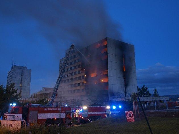 Hotel Máj v plamenech.