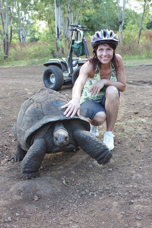 Helena Rajchertová z Ústí nad Labem s želvou obrovskou na ostrově Mauritius.