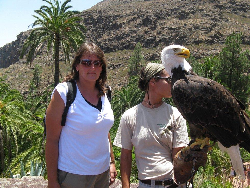 Ilona Vápeníková z Chotiněvsi u Úštěku na Kanárských ostrovech v Palmitos Park s orlem bělohlavým.