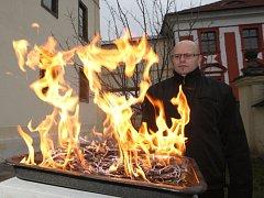 V katolických kostelech se lidé nechají žehnat popelem z větviček posvěcených o loňské Květná neděli.