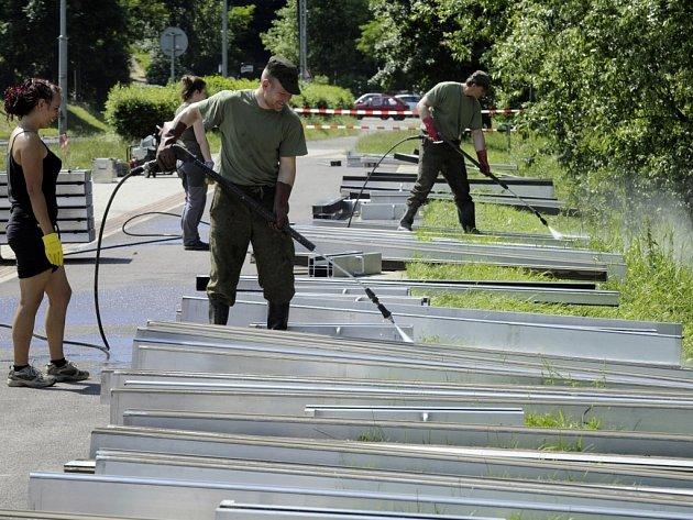 Na Střekovském nábřeží začali hasiči demontovat protipovodňovou stěnu.
