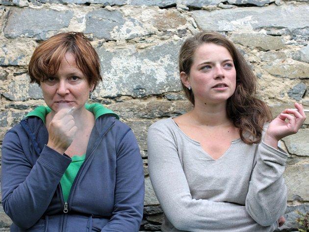 """Herečky (zleva) Marta Vítů a Anna Fišerová představují matku s dcerou v inscenaci """"Krásky z Leenane"""". Milují se i nenávidí, nemají to spolu lehké..."""