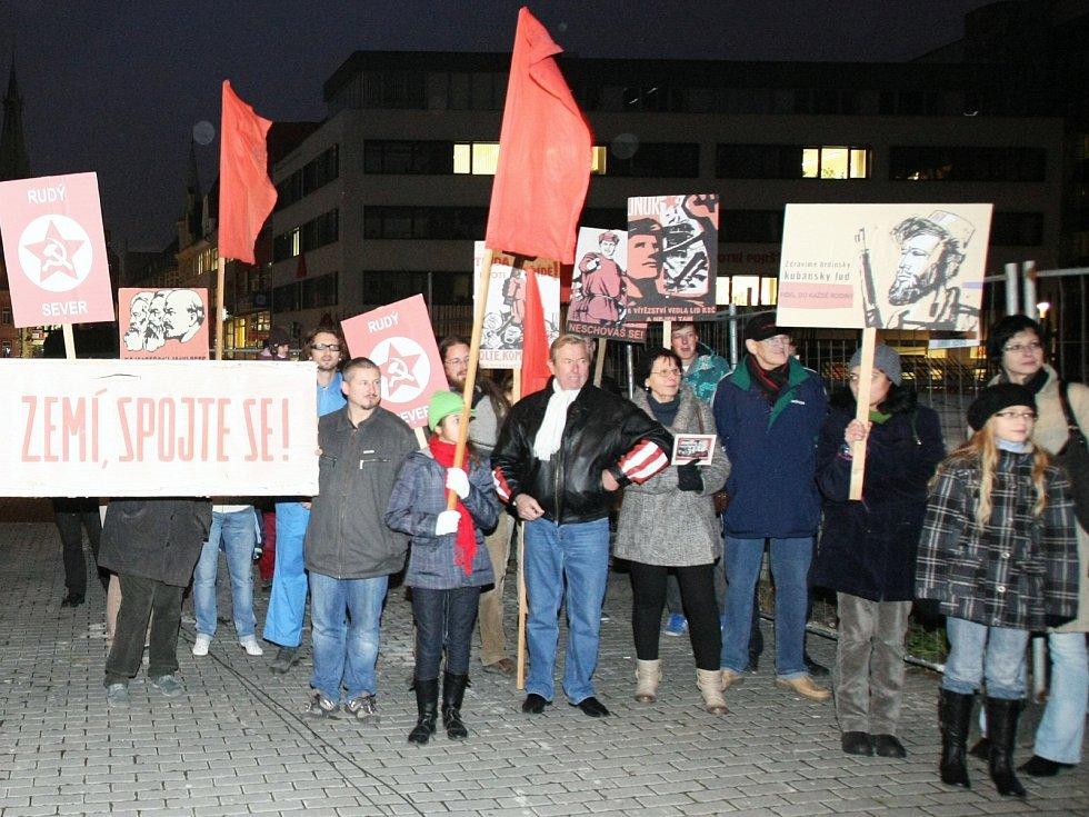 Happening proti komunistickému návratu do bývalého sídla KSČ, dnes krajského úřadu, navštívilo asi sedmdesát lidí.