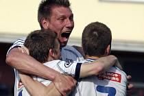 Útočník FK Ústí Pavel Karlík oslavuje se spoluhráči postup do 1. ligy.