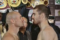 Lukáš Konečný (vlevo) před bitvou o mistra světa v boxu proti Zaurbeku Baysangurovi.