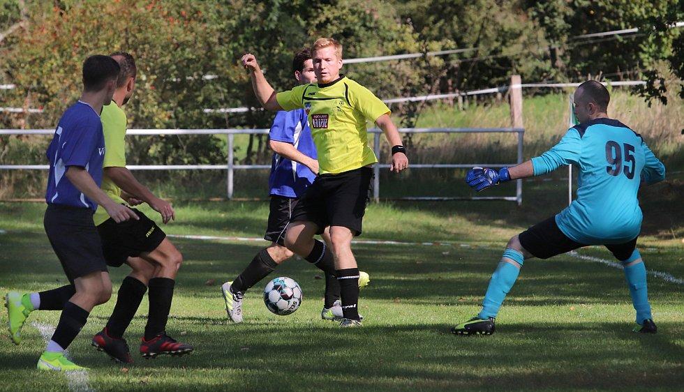 III. třída Ústí n/L. Béčko Sebuzína (modrá trika) prohrálo s Valtířovem (žlutá trika) 1:3.