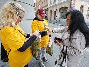 Studenti v rámci sbírky Českého dne proti rakovině prodávali žluté květy také v Ústí nad Labem.