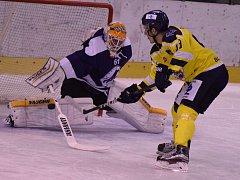 Ústečtí hokejisté (žlutí) vyhráli v Mostě 4:3 po nájezdech.