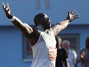 Nigerijec Stephen Mozia ovládl soutěž koulařů výkonem 21.76 metru.