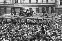 Generální stávka. Na Mírovém náměstí se sešly tisíce Ústečanů.