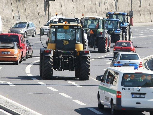 Silnice I/30 v centru Ústí: Zemědělské stroje vyjely na silnice Ústeckého kraje na protest proti vládou chystanému zrušení daňových úlev u nafty a zavedení spotřební daně na víno.