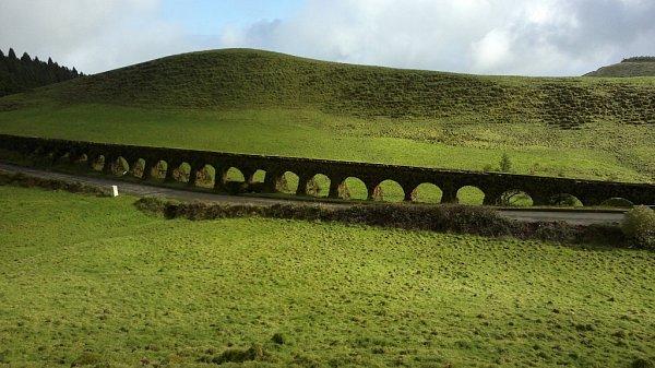 Starobylý akvadukt vhorách na Azorských ostrovech. Azory tvoří devět ostrovů sopečného původu a jsou součástí Středoatlantského hřbetu včetně podmořské části jsou vysoké 4000metrů. Žije na nich čtvrt milionu obyvatel. Foto poslal Tomáš Češka zÚstí.