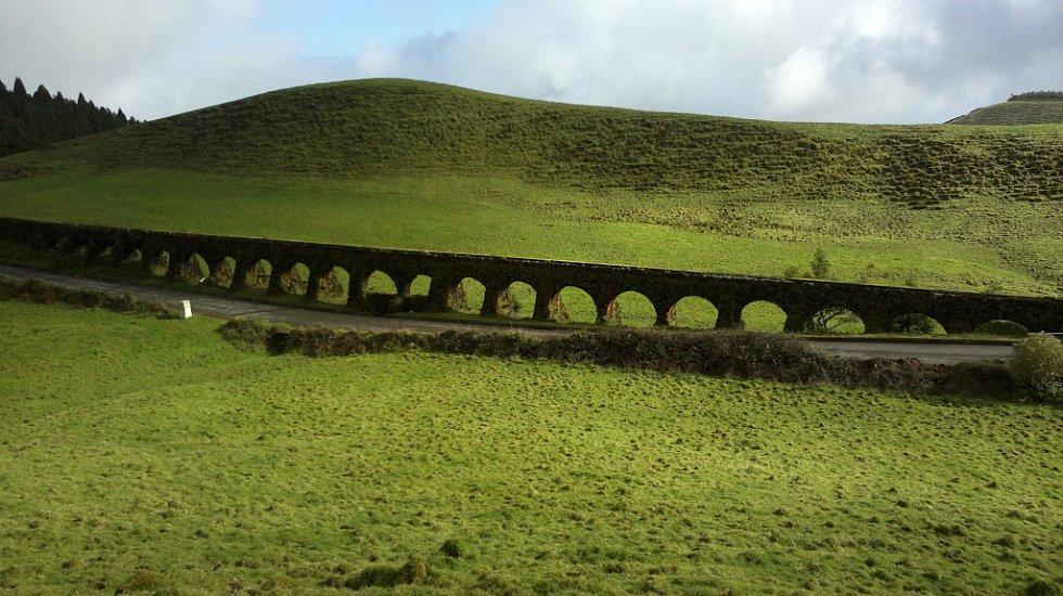 Starobylý akvadukt v horách na Azorských ostrovech. Azory tvoří devět ostrovů sopečného původu a jsou součástí Středoatlantského hřbetu včetně podmořské části jsou vysoké 4000 metrů. Žije na nich čtvrt milionu obyvatel. Foto poslal Tomáš Češka z Ústí.