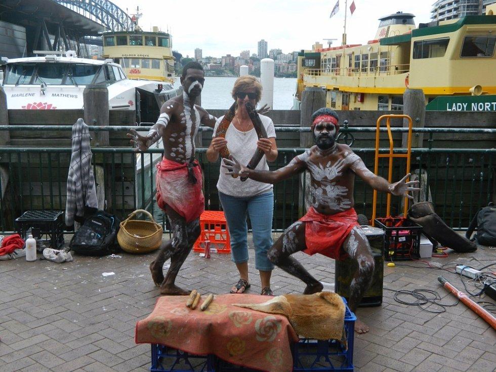 Domorodí Aboriginci a turistka v australském Sydney. Tou je Ema Růžičková z Ústí nad Labem.