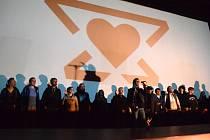 Bývalí zaměstnanci Činoherního divadla založili vlastní divadelní spolek Činoherák Ústí. Na truc ústeckým radním, kteří podle nich zničili tradici Činoherního studia. Jako logo použijí tradiční kovadlinu doplněnou srdcem, které bije pro jejich divadlo.