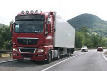 Řidiči musí na rušné silnici mezi Ústím a Lovosicemi počítat s kolonami a nižší rychlostí. Silničáři ji budou v létě i na podzim opravovat.