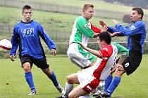 Fotbalisté Chuderova (modré dresy) porazili Střekov B 4:2.