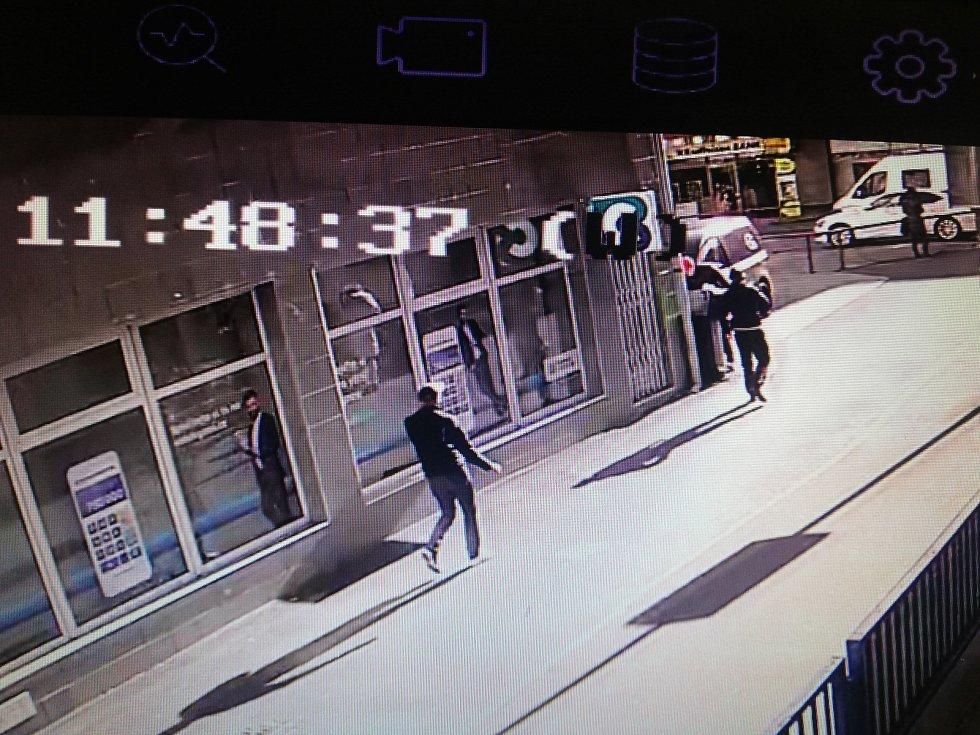 Podezřelí muži na záznamech kamer a jejich věci