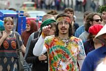 """Studenti vyrazili do Kampusu pod vlajkami národů. Mottem festivalu bylo """"Spojme ruce a obejmeme svět"""". Festival v Kampusu pokračoval koncerty, závody kol, či divadelním představením."""
