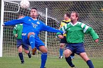 Fotbalisté Chabařovic (vlevo Čisár) dál zůstávají bez porážky.