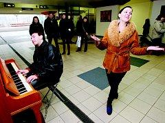 Piáno na hlavním nádraží v Ústí, vpravo Marcela Kytička Nováková.