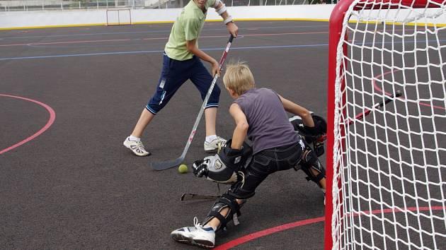 Hřiště na hokejbal má špatné rozměry.