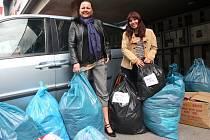 Deset pytlů oblečení pro bezdomovce a azylový dům Samaritán se podařilo Petře Langové a Lence Jaremové sesbírat ve spolupráci s restaurací Krček u fotbalového stadionu.