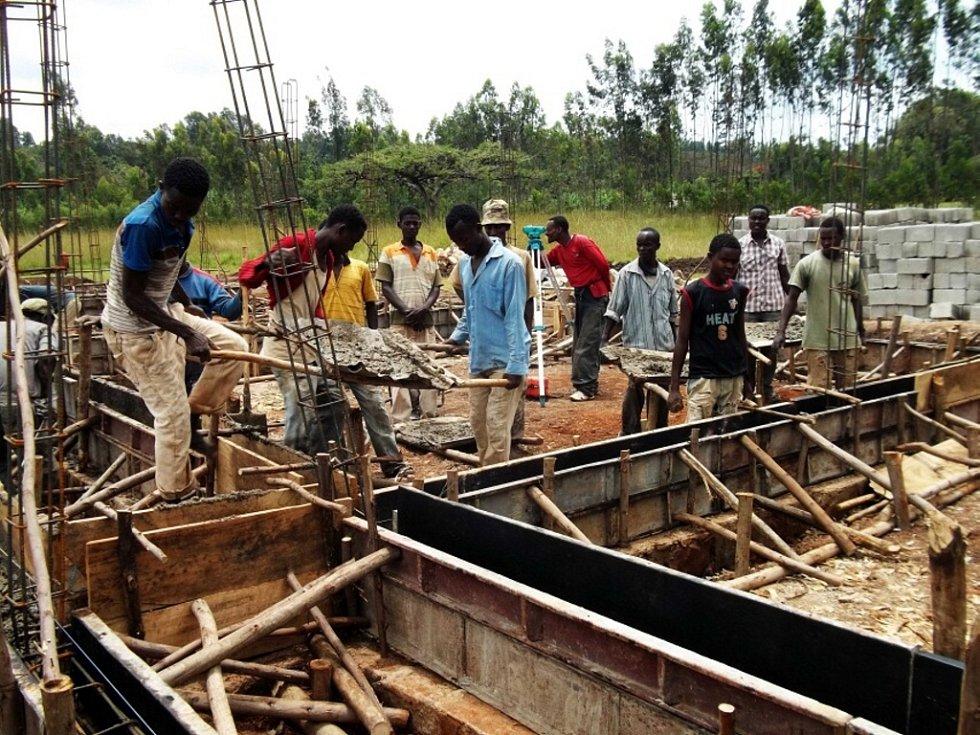 Počátky budování školy v etiopské vesnici Woininata. Dokončena by měla být do konce roku. Stane se tak patnáctou školou, která díky veřejné sbírce v Africe vznikla.