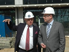 Premiér Bohuslav Sobotka (vpravo) včera přijel na návštěvu Ústeckého kraje. Navštívil mimo jiné stavbu technologického parku Nupharo u obce Žďárek na Ústecku. Na snímku vlevo je zástupce parku Nupharo Milan Ganik.