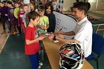Žáky navštívil Petr Pilát, přední český jezdec freestyle motokrosu.