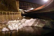 Z dosud nezjištěných příčin se v noci na středu vytvořila na řece Bílině v Ústí nad Labem vysoká vrstva pěny.