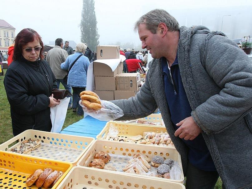 Farmářské trhy jsou mezi lidmi stále oblíbené.