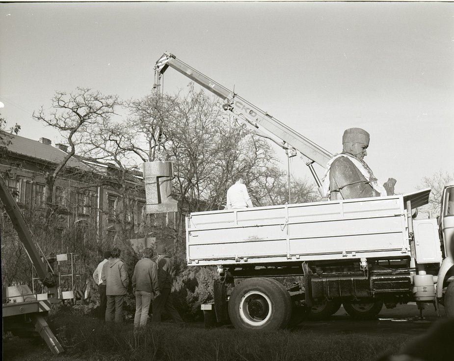 Smetanovy sady, 18. ledna 1990. Stěhování sochy Klementa Gottwalda z centra Ústí na skládku komunálního odpadu v Chabařovicích.