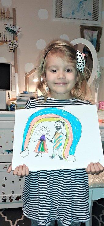 Pětiletá Meda Kleinová kreslí obrázek dědečkovi do domova