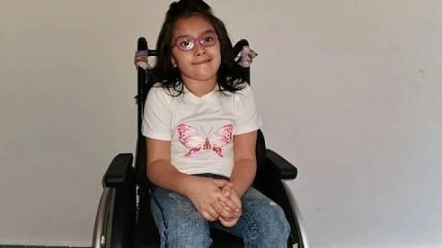 Sophie je na vozíčku, péči její pěstounce ulehčuje speciální vůz, který potřebuje opravu