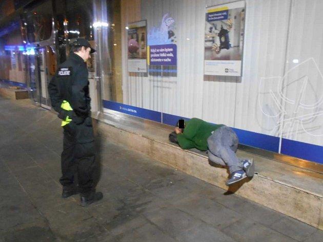 Bezdomovci byli strážníky probuzeni a po řádném poučení je hlídky zmísta vykázaly.