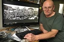 Fotograf Petr Berounský, Ústí nad Labem. Na monitoru počítače panoramatické foto Mírového náměstí během generální stávky 27. listopadu 1989.