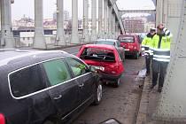 Hromadná dopravní nehoda šesti aut se stala v úterý krátce po sedmé hodině na ústeckém mostě Edvarda Beneše.
