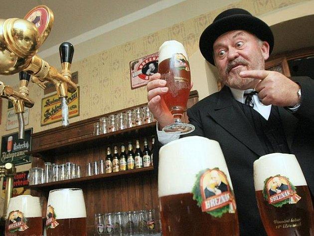Velkobřezenské pivo.  Na snímku jej právě točí do sklenic sám Victor Cibich, který Březňáku propůjčuje svou tvář už víc než sto let.